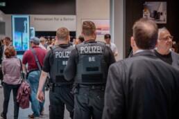 Polizisten / Foto: Unsplash/Leon Seibert